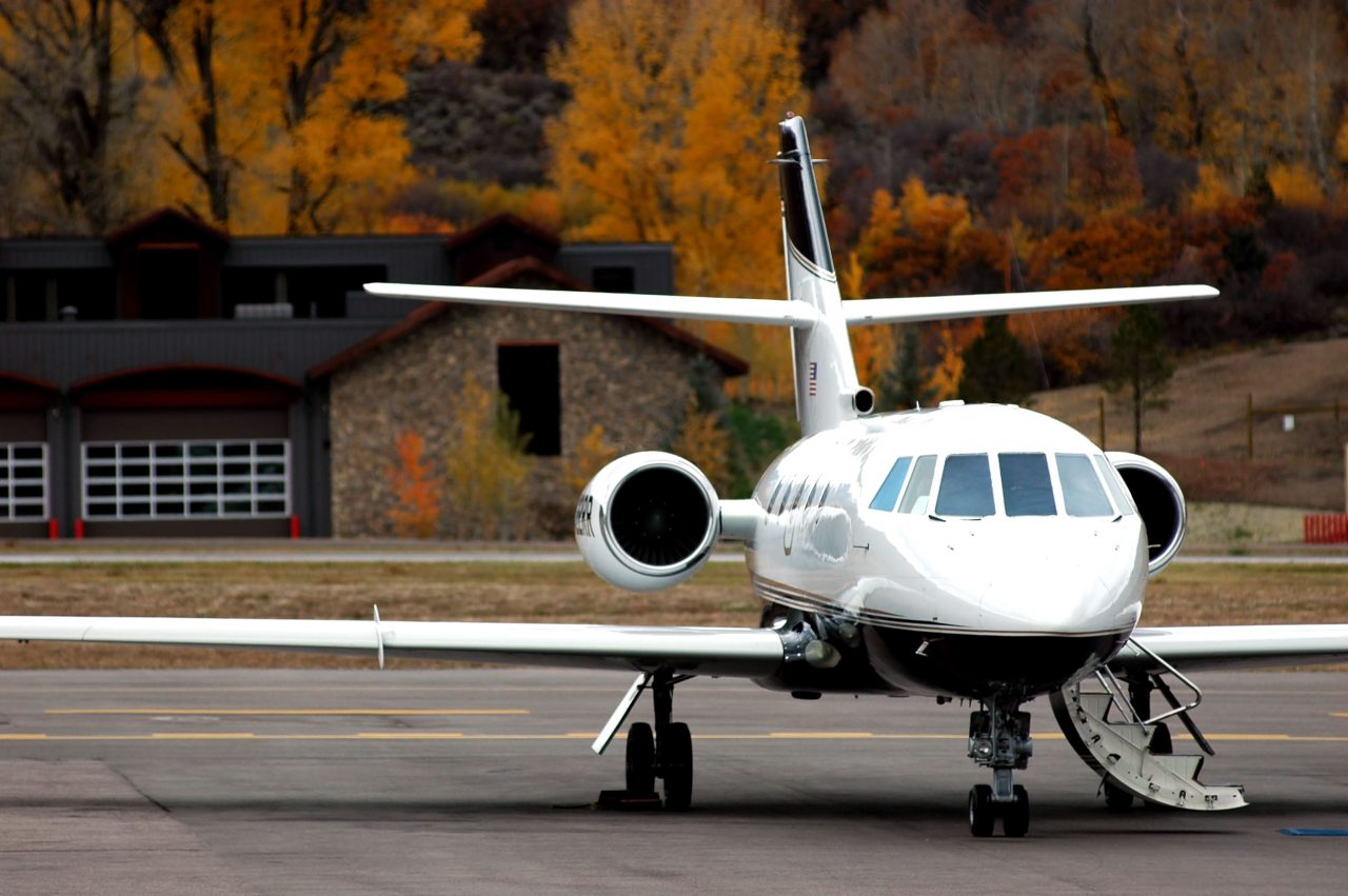 https://www.gmi-co.com/wp-content/uploads/2020/10/private-jet-traffic-to-the-hamptons-and-aspen-is-booming-as-the-rich-flee-big-cities-1280x851.jpg
